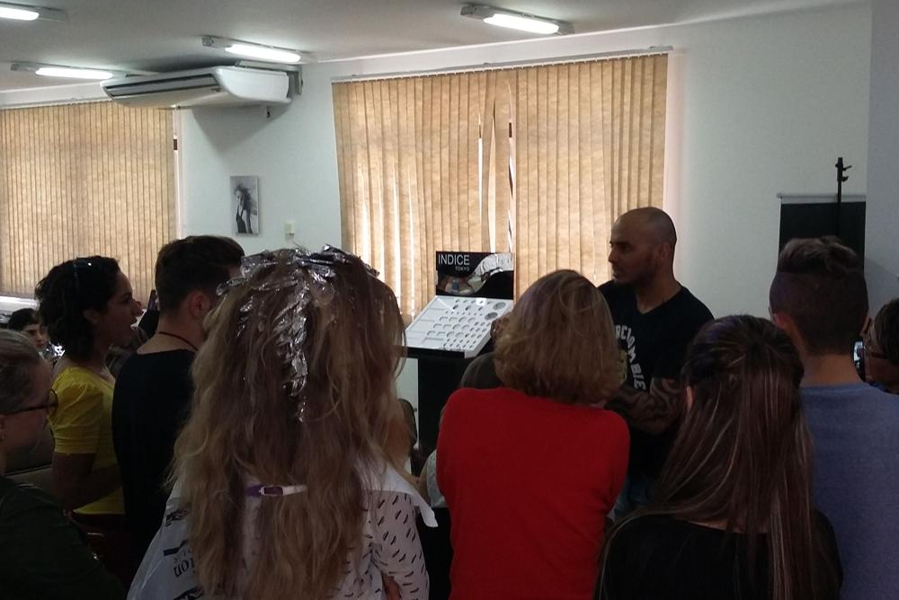 Clientes acompanham explicações do Técnico durante a prática.