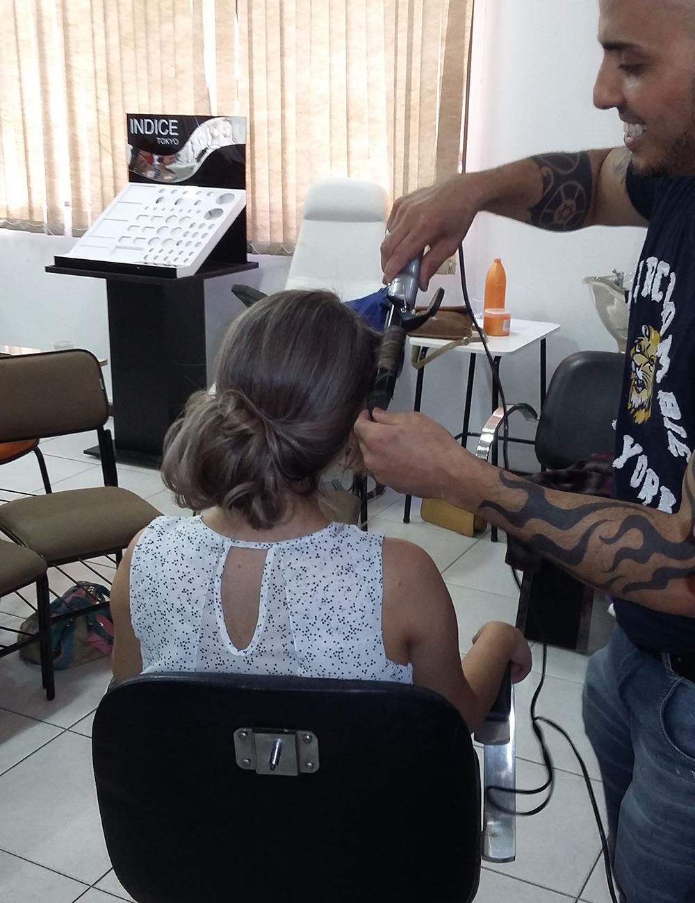 Agnelo Souza finalizando curso em Florianópolis - SC com penteados.