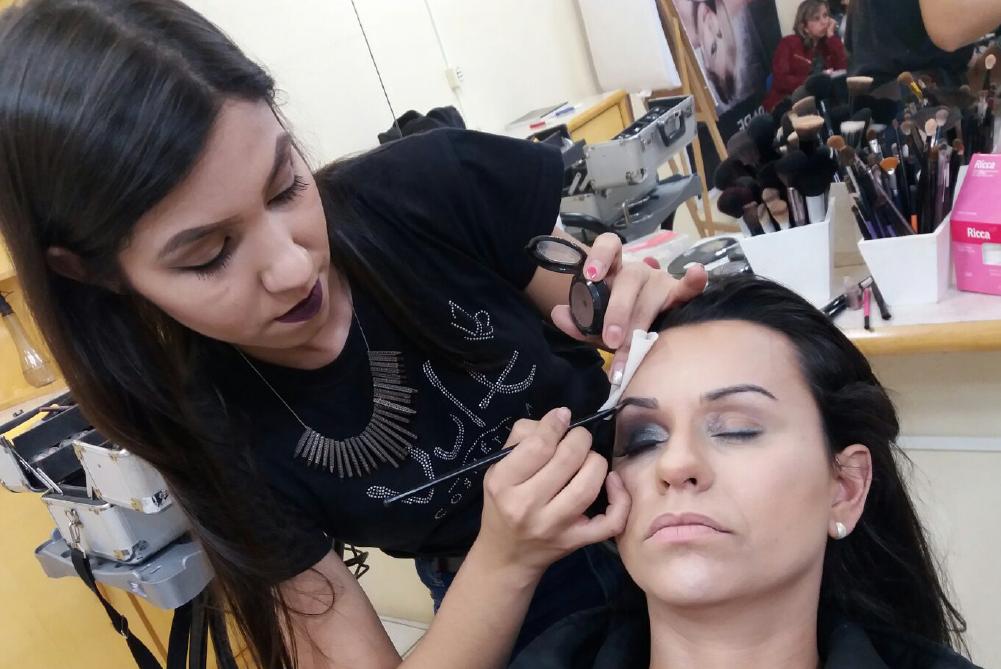 Cleide Florão maquiando
