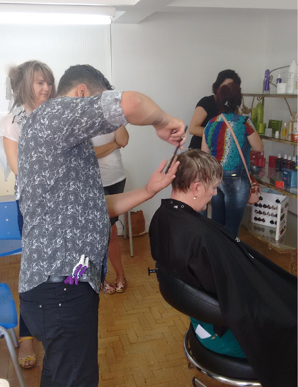 Samuel finalizando cabelo em cortes